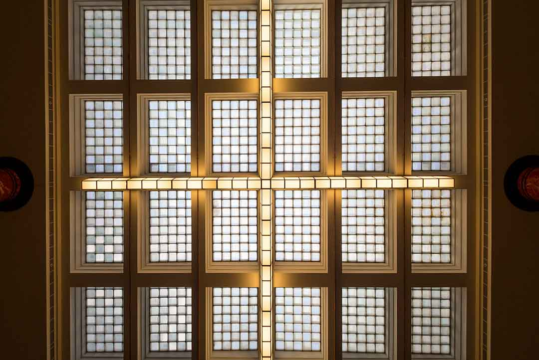 Image of the glass ceiling and lighting above the lobby at the Primus Hotel